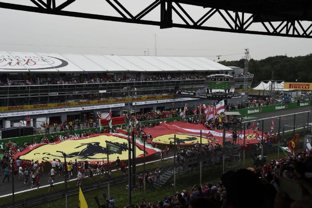 L'invasione di pista dei tifosi a fine gara