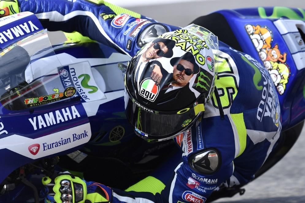 Valentino Rossi in pista a Misano con il casco speciale