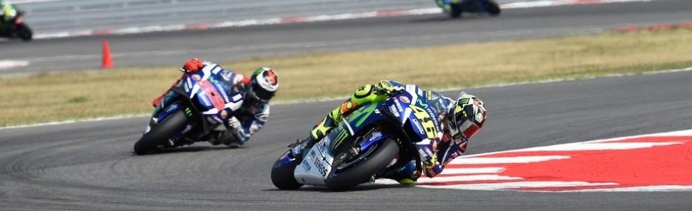 Valentino Rossi davanti a Jorge Lorenzo durante il GP di Misano