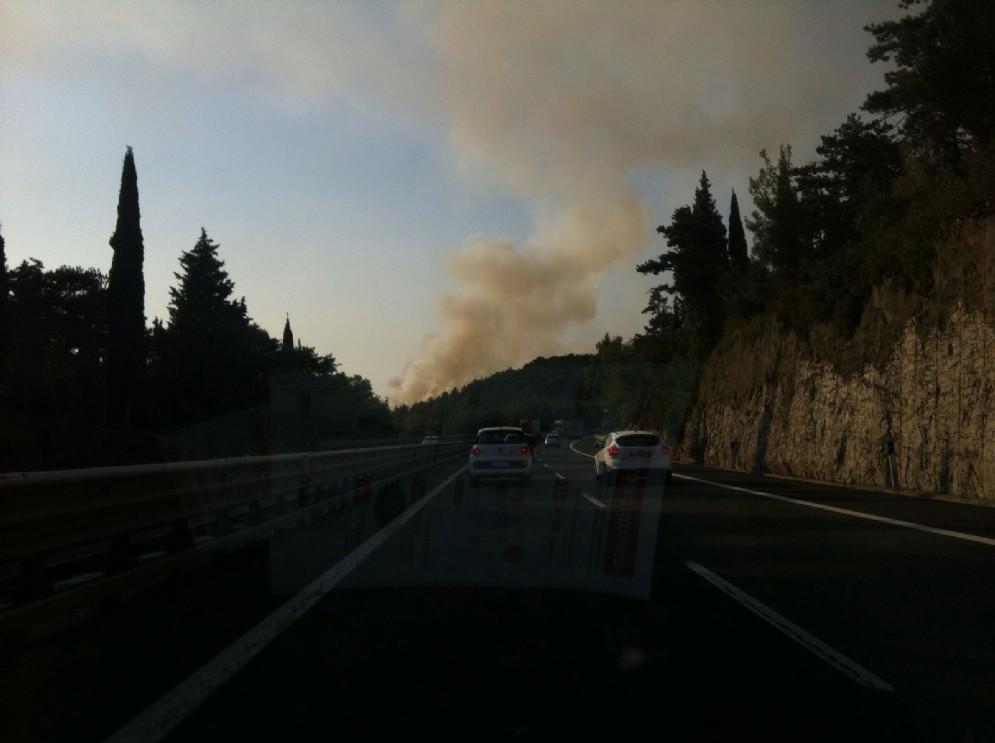 Colonna di fumo al Lisert di Trieste