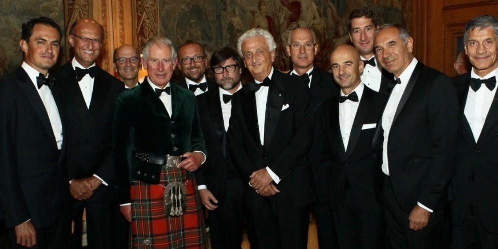 Una foto di gruppo con tutti gli invitati alla cena con il Principe Carlo