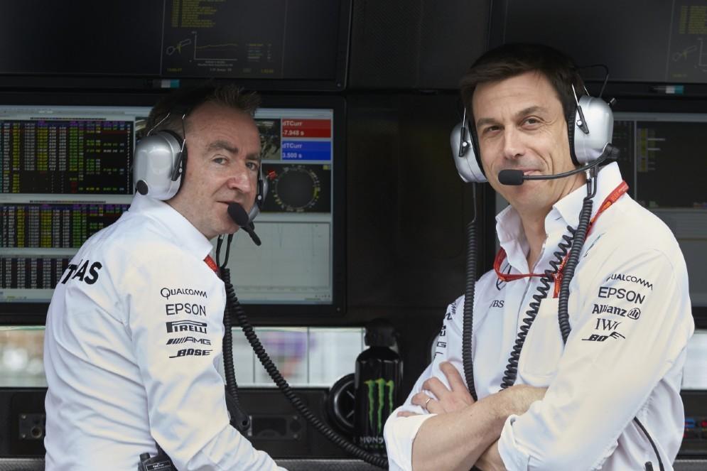 Il direttore tecnico Mercedes Paddy Lowe con il team principal Toto Wolff