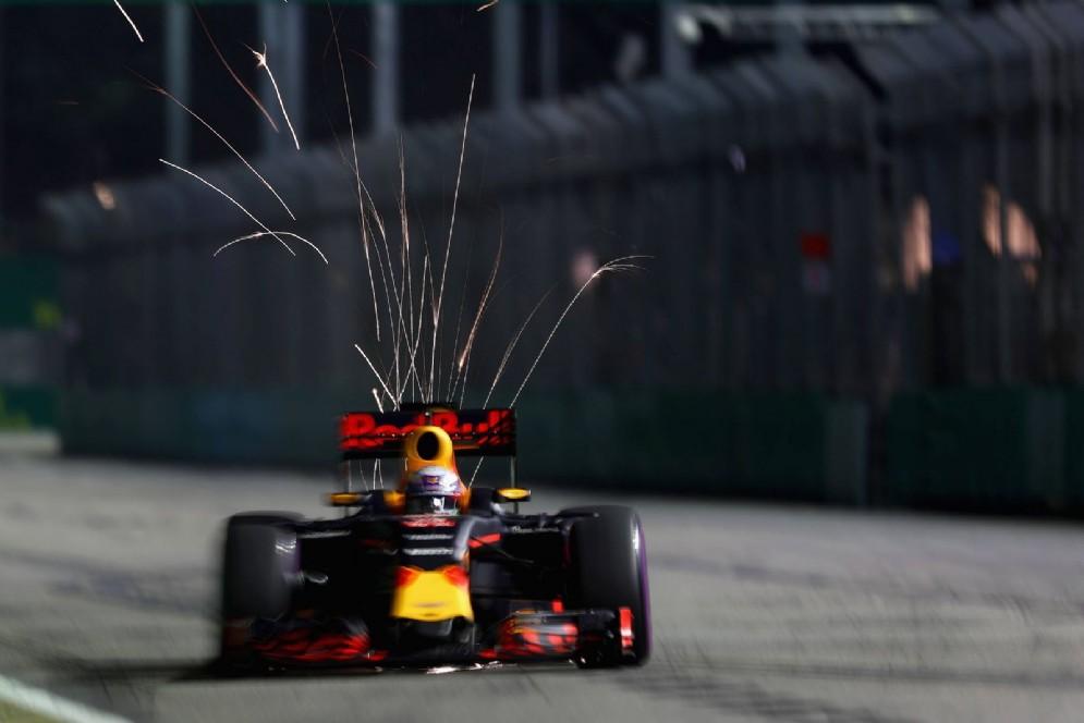 Escono le scintille dal fondo della vettura di Daniel Ricciardo