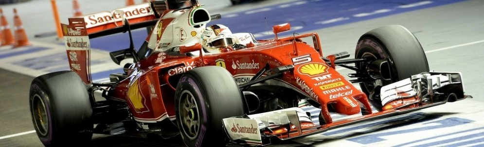 Sebastian Vettel rientra mestamente in pit lane durante le qualifiche a Singapore