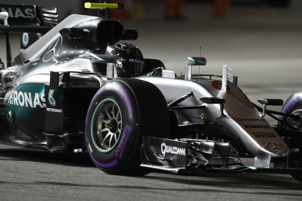 Il poleman Nico Rosberg in azione in qualifica