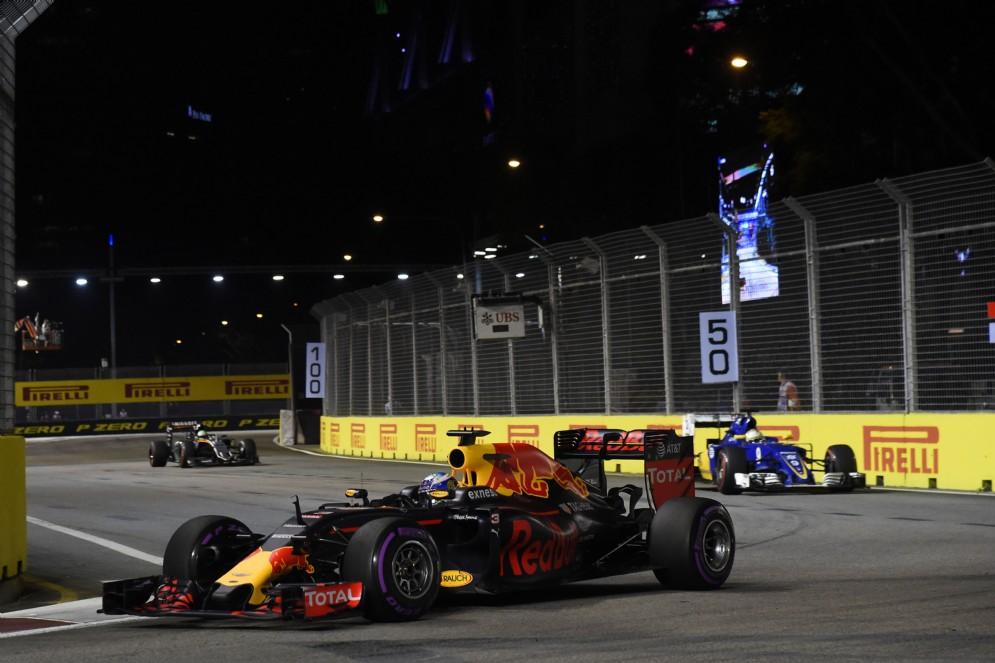 Daniel Ricciardo in pista durante le prove ufficiali a Marina Bay