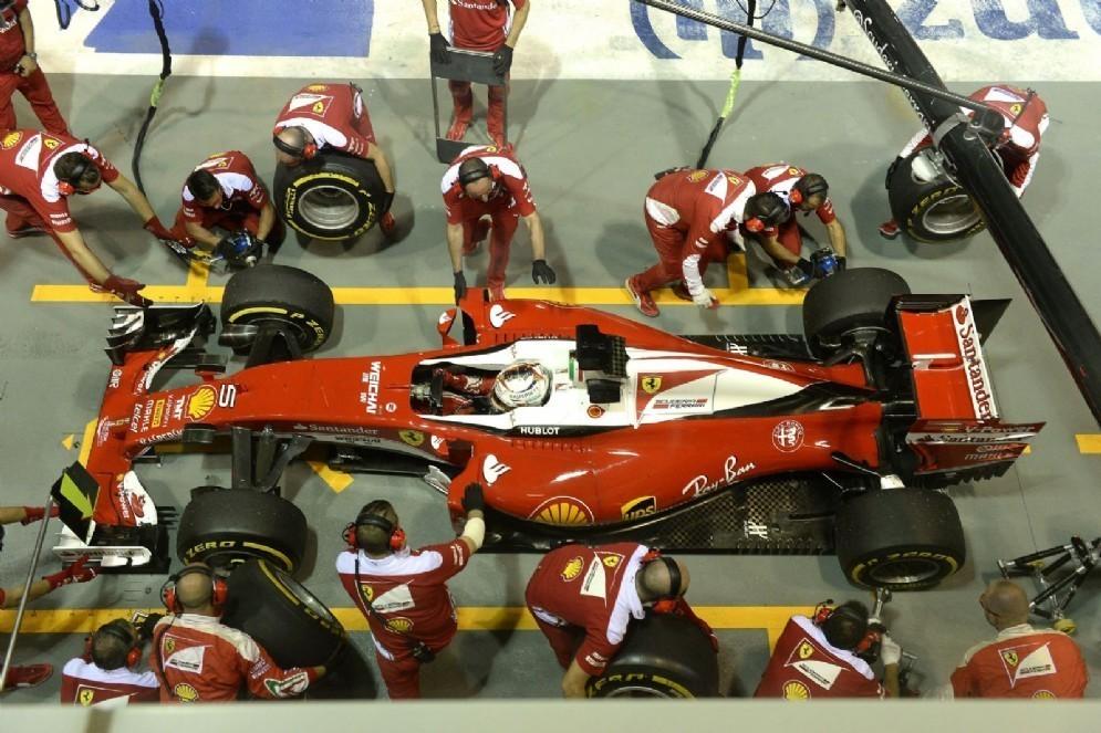 I meccanici al lavoro sulla Ferrari di Sebastian Vettel