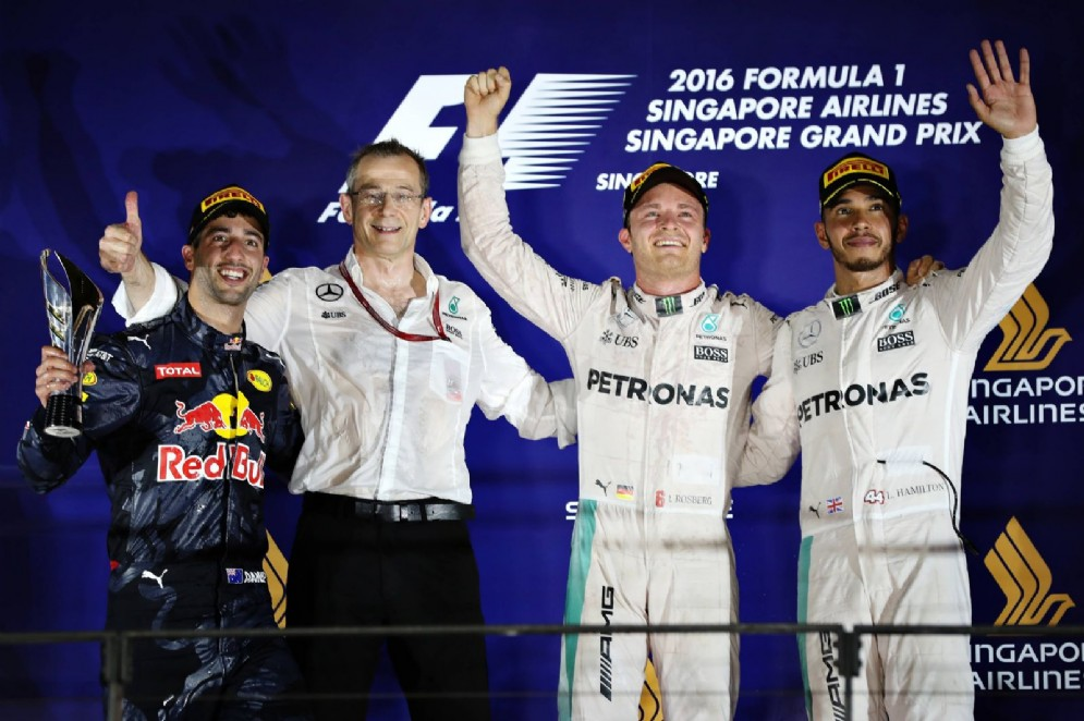 Il podio di Singapore: Rosberg, Ricciardo e Hamilton
