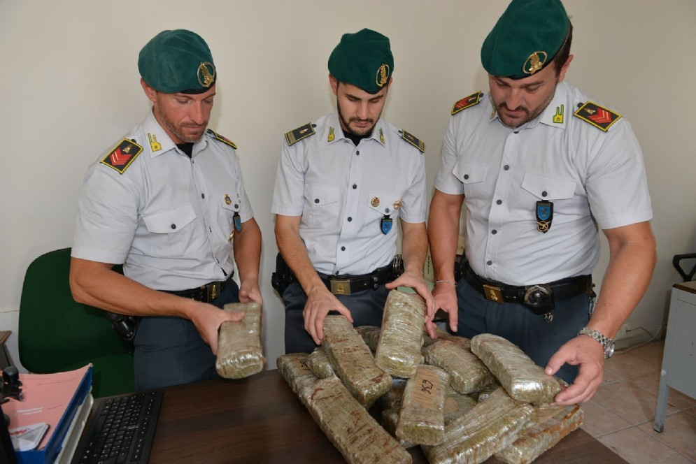 I finanzieri con la droga sequestrata