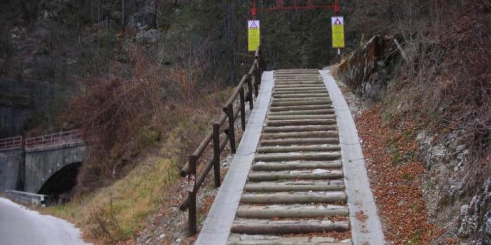 Il tratto di ciclabile con la scalinata