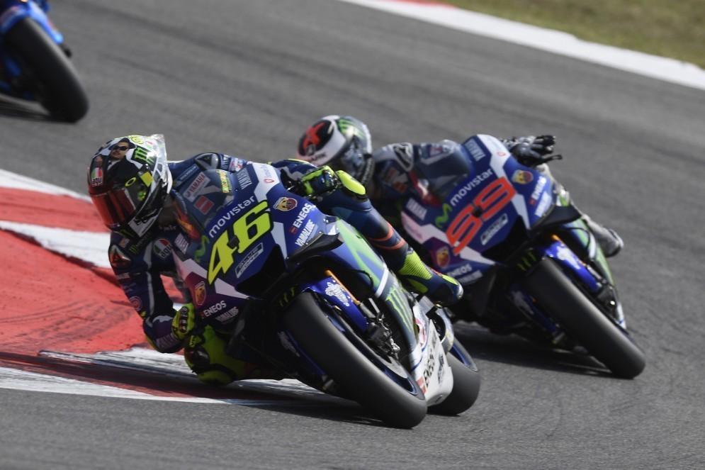 Valentino Rossi e Jorge Lorenzo in lotta a Misano