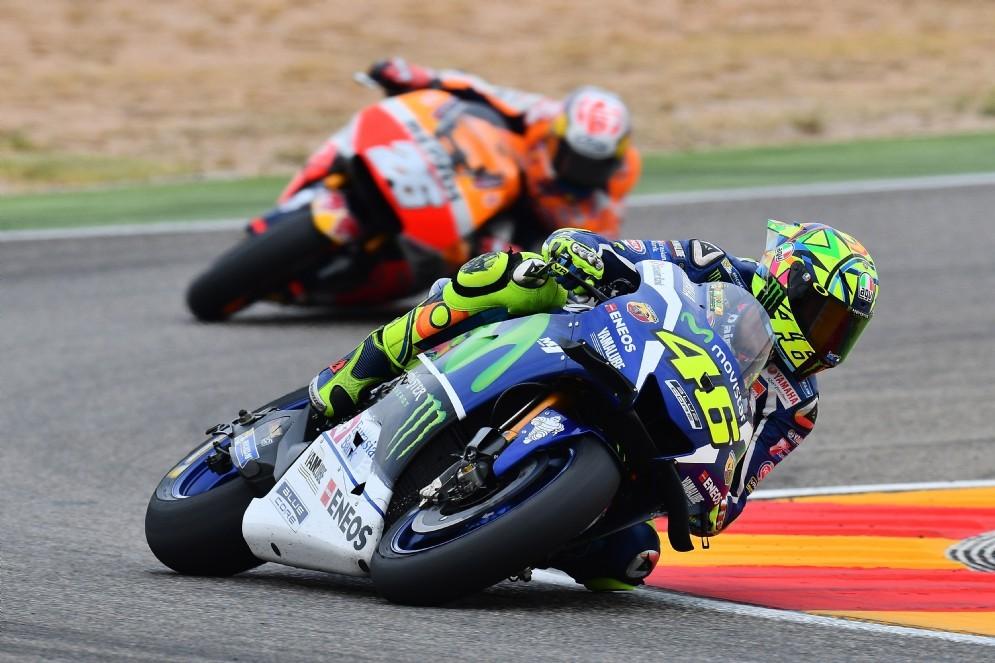 Valentino Rossi in pista davanti a Dani Pedrosa