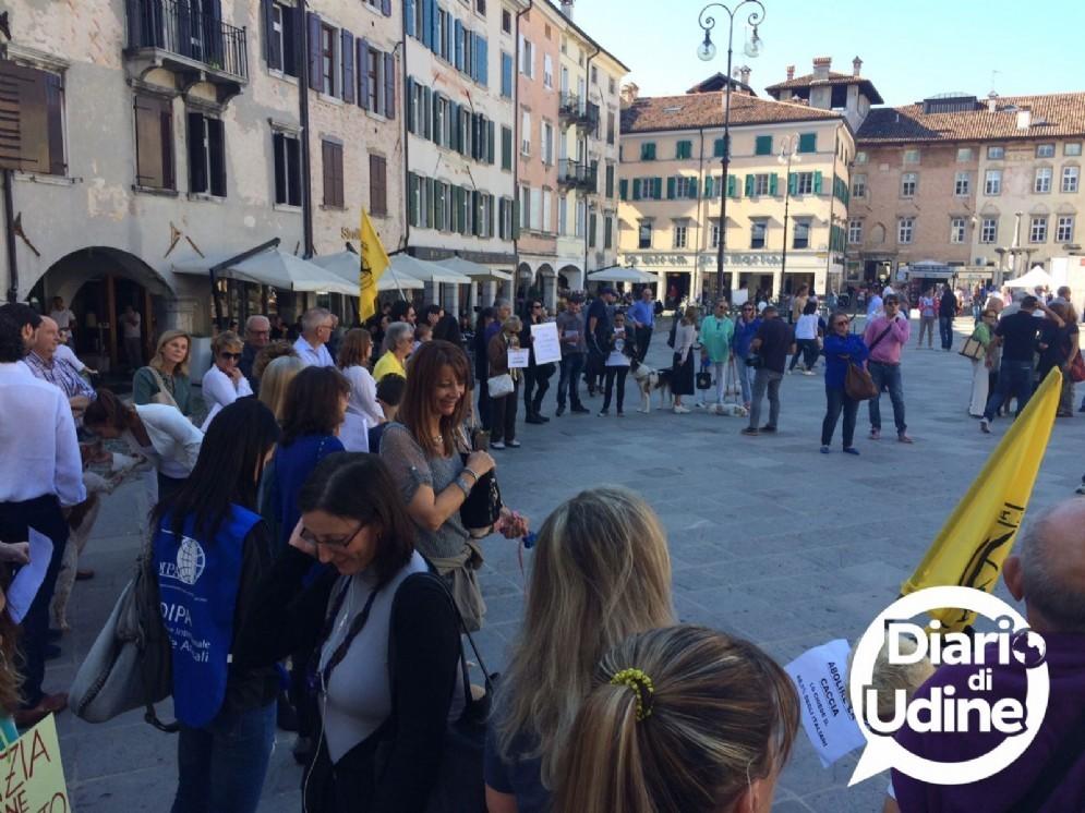 La manifestazione degli animalisti in piazza San Giacomo (© Diario di Udine)