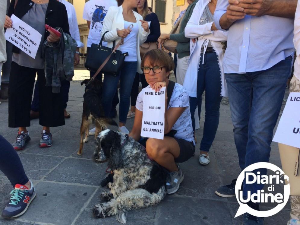 La manifestazione degli animalisti in piazza San Giacomo