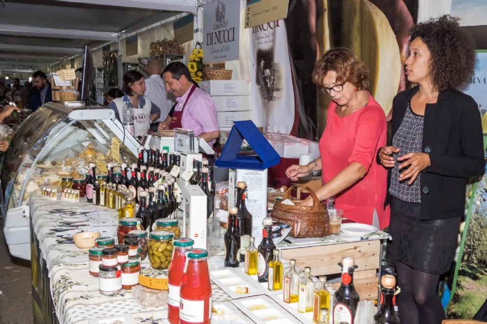 Stand ricchi di cibo e la bellezza di Torino: un binomio vincente