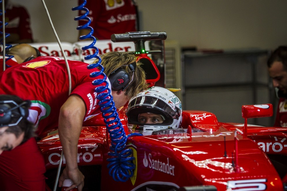 Sebastian Vettel a bordo della sua Ferrari nei test di Barcellona
