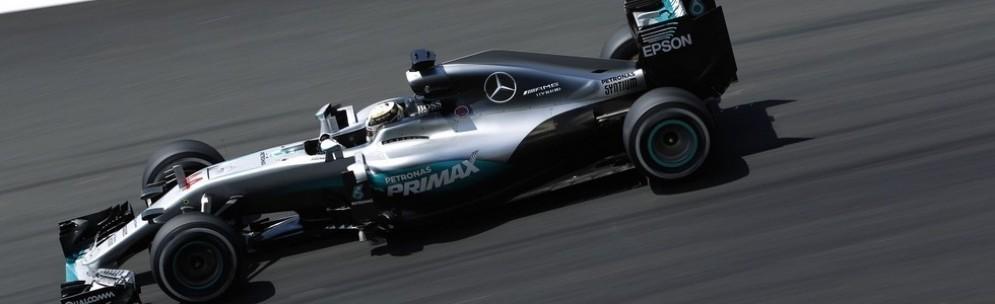 Lewis Hamilton in azione nelle prove libere a Sepang
