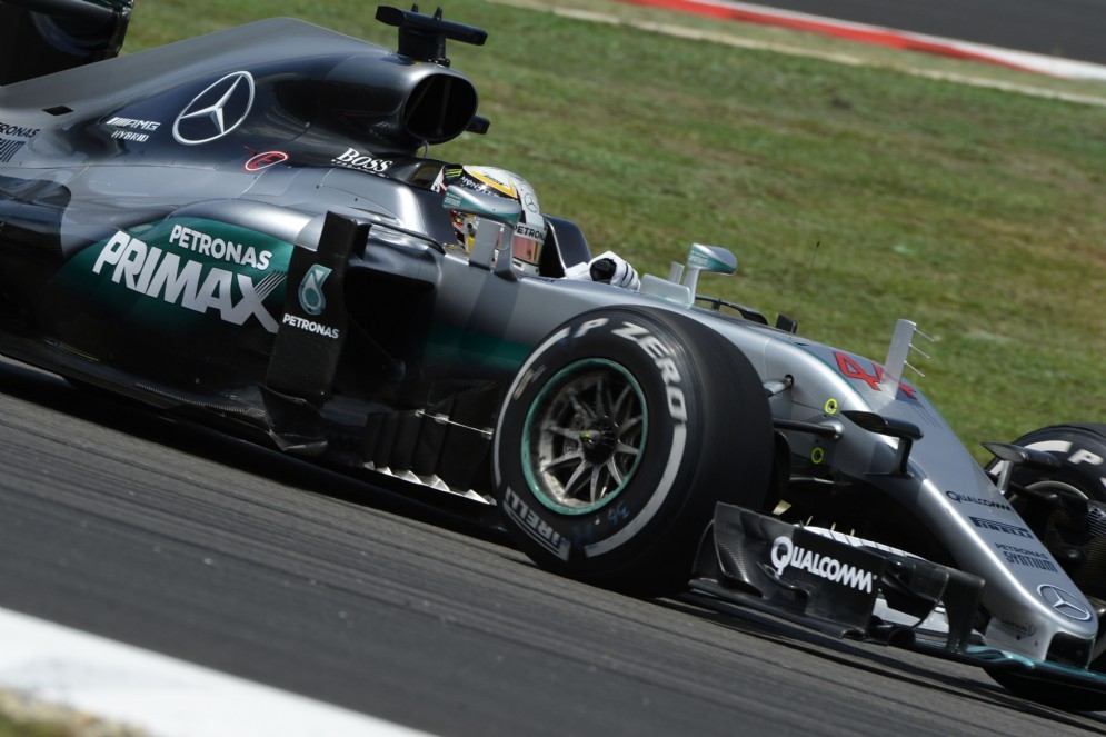 Lewis Hamilton in azione a Sepang