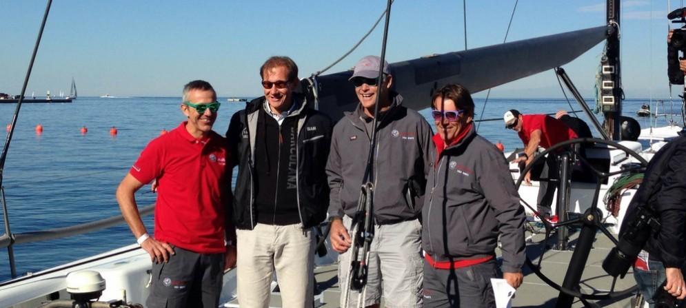 """Parte del """"Fast ad Furio Sailing Team"""" e il presidente della Barcolana Mitja Gialuz."""