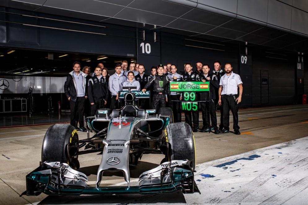 Foto di gruppo di Lorenzo in posa con il team Mercedes
