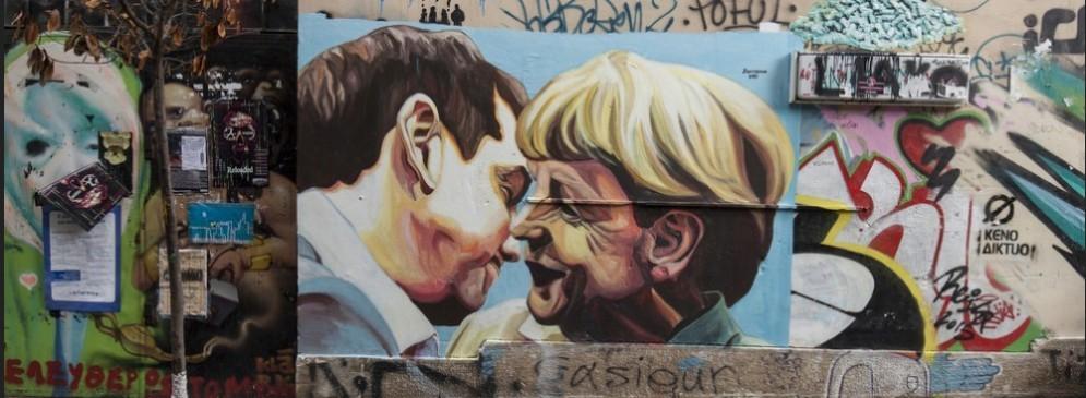 In un murales di Atene il bacio di Giuda tra il primo ministro Tsipras e la cancelliera tedesca Angela Merkel