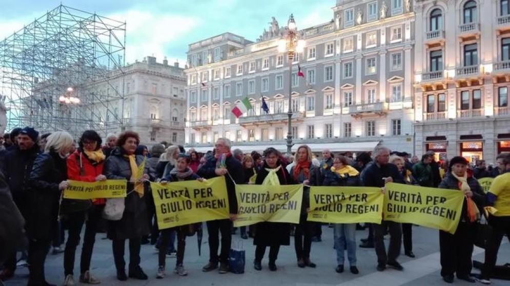 I manifestanti fuori dal municipio di Trieste
