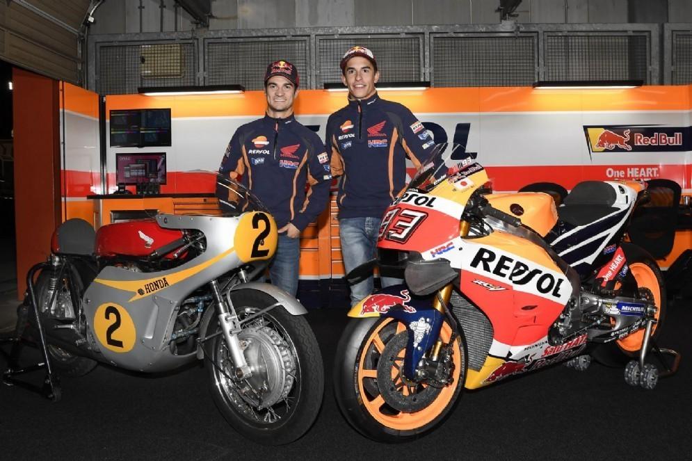 Marc Marquez e Dani Pedrosa con due generazioni di Honda (© Honda)