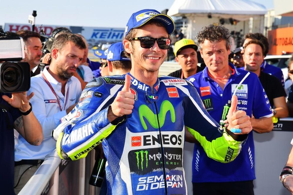 Valentino Rossi esulta per la pole position a Motegi