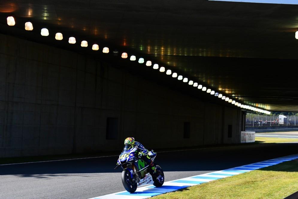 Il Dottore passa con la sua Yamaha sotto il ponte del circuito giapponese