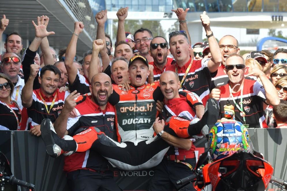 Chaz Davies festeggia la vittoria a Jerez de la Frontera