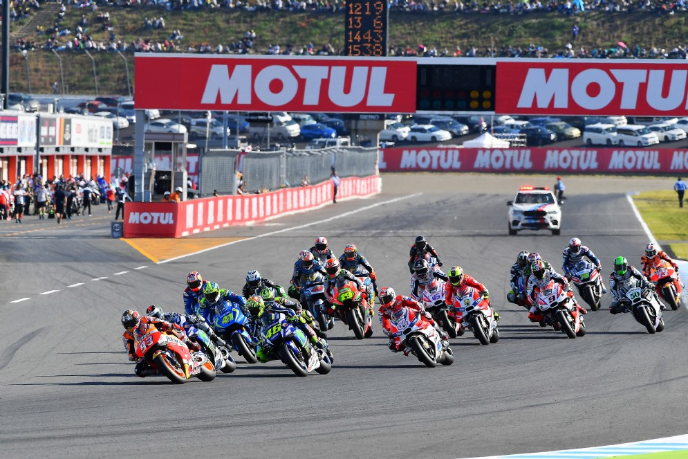 Marquez schizza davanti a tutti alla partenza