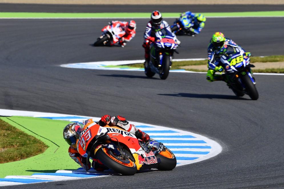 Mentre dietro di lui Rossi supera Lorenzo al sesto giro, il pilota della Honda guadagna terreno