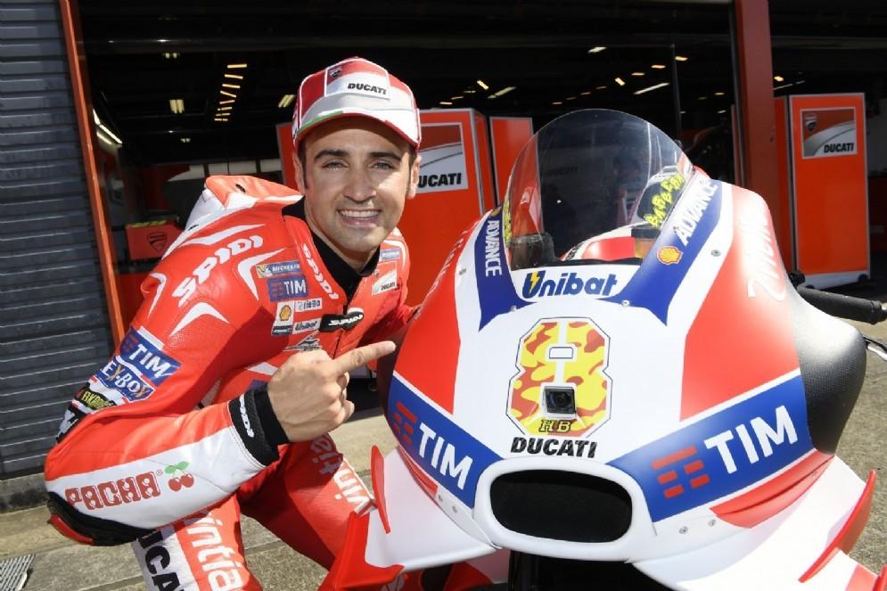 Hector Barbera con la Desmosedici GP del team ufficiale