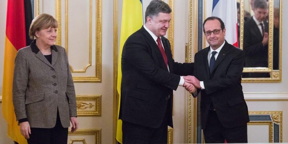 La cancelliera tedesca Angela Merkel, il presidente ucraino Petro Poroshenko e quello francese Francois Hollande.