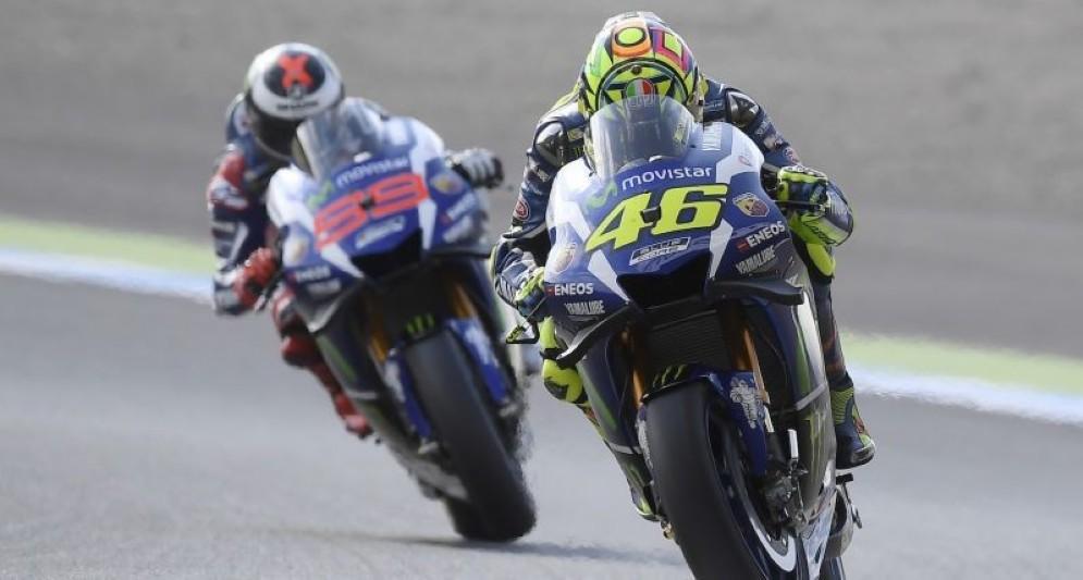 Valentino Rossi e Jorge Lorenzo in lotta