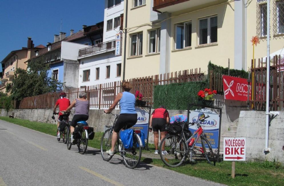 Turisti sulla ciclovia Alpe Adria