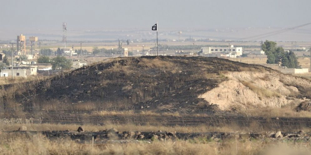 La bandiera dell'Isis sventola in una località della Siria.