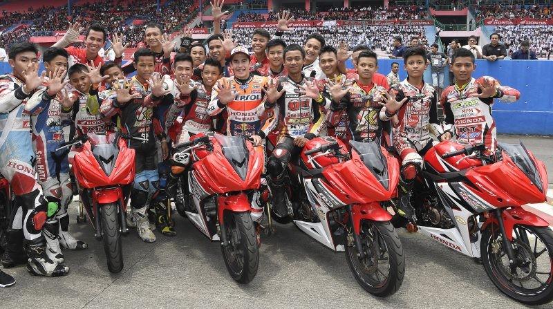 Marc con i giovani talenti della scuola di guida Honda in Indonesia
