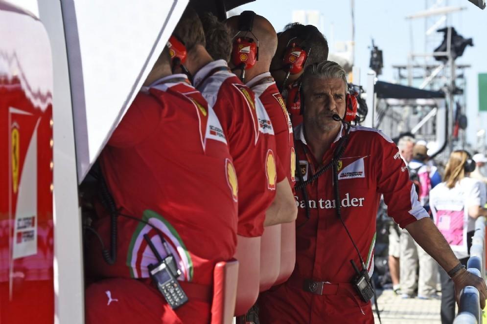 Il team principal Maurizio Arrivabene al muretto