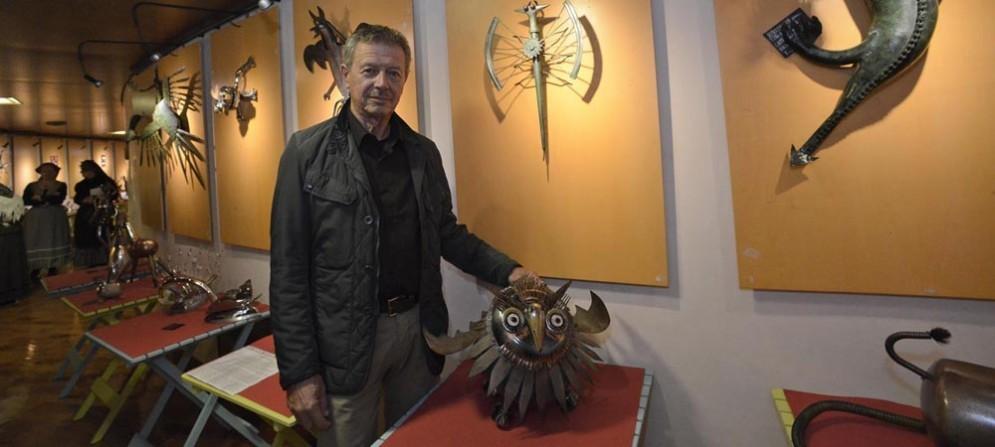 Giuliano Cecone tra le sue opere