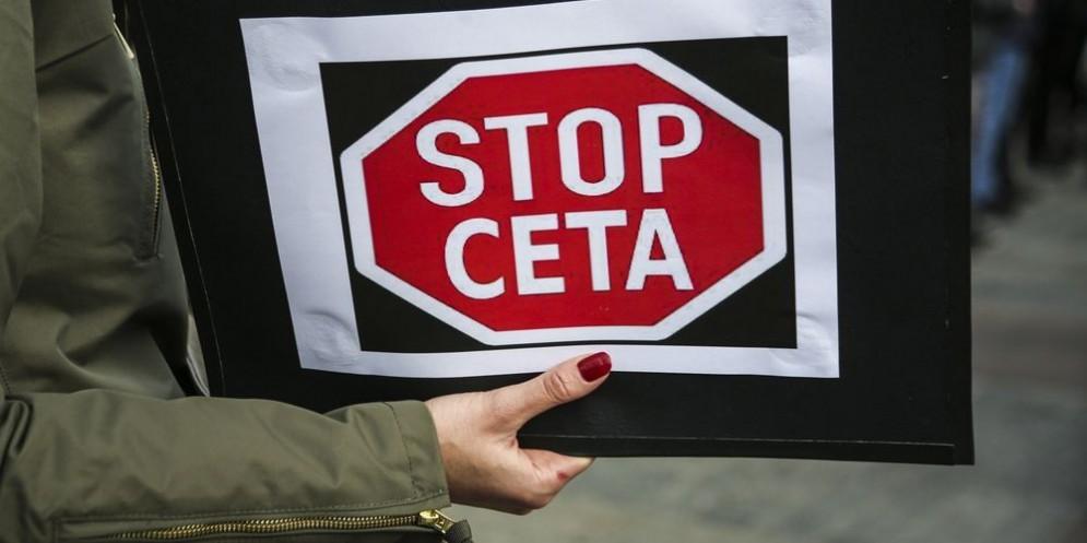 Un cartello di protesta contro il Ceta, il trattato commerciale tra Europa e Canada.