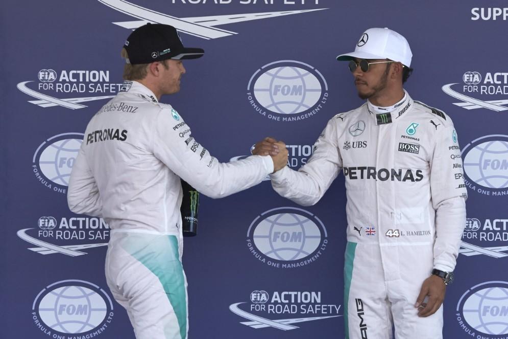 Lewis Hamilton stringe la mano a Nico Rosberg dopo le qualifiche in Messico