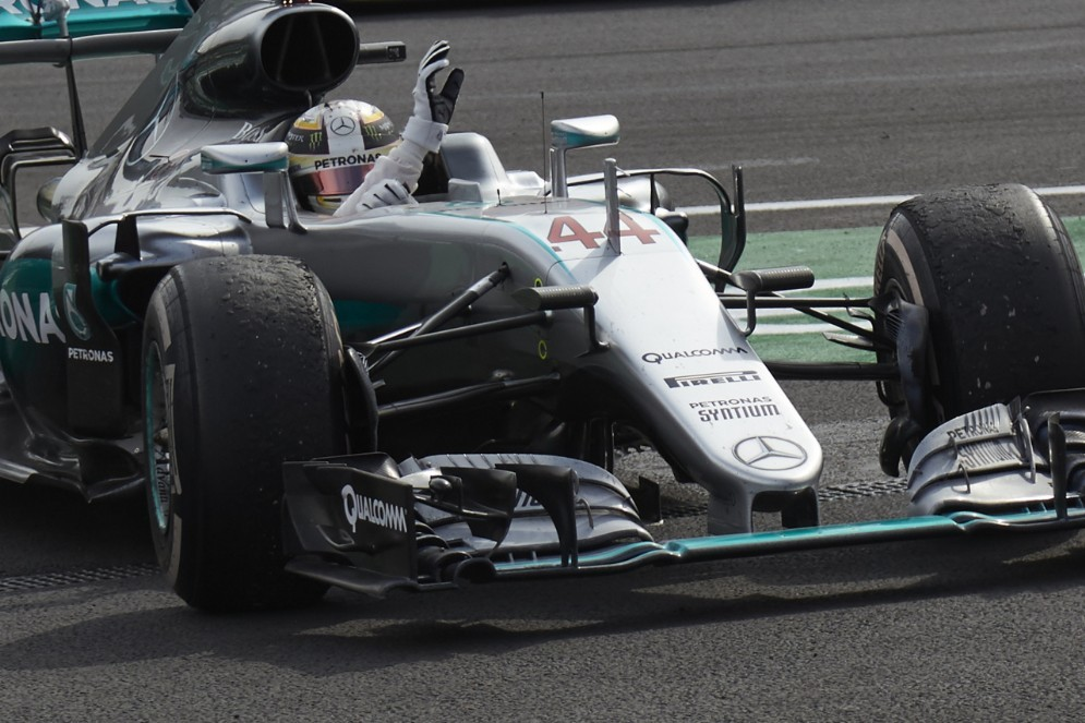 Lewis Hamilton festeggia la vittoria in Messico