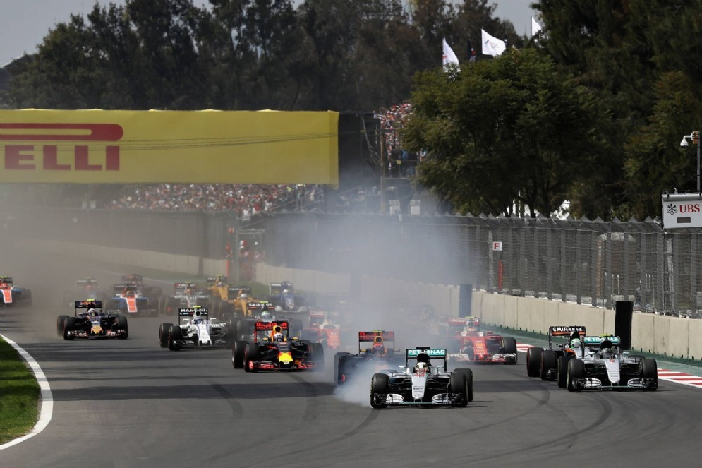 Il contestato taglio di chicane di Lewis Hamilton alla partenza del GP del Messico