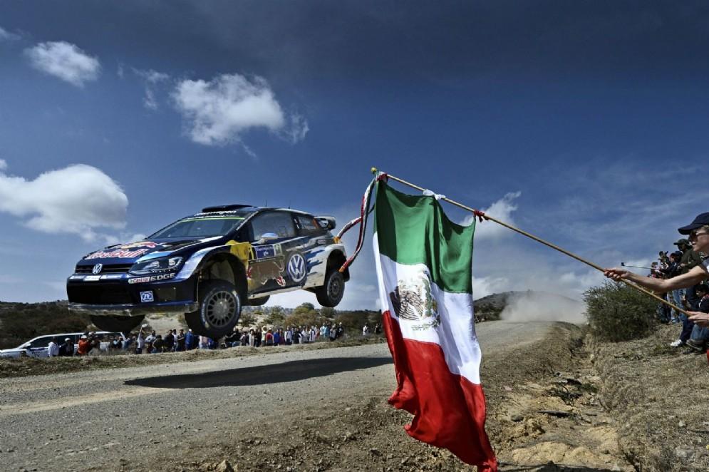 Un salto durante il Rally del Messico 2015