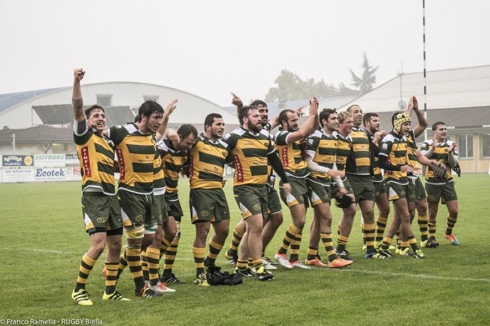 La gioia dei gialloverdi dopo una vittoria (con la nuova maglia)