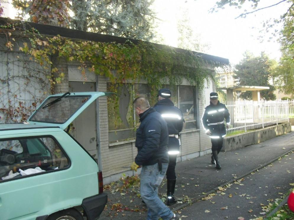 Un momento dell'intervento della polizia municipale