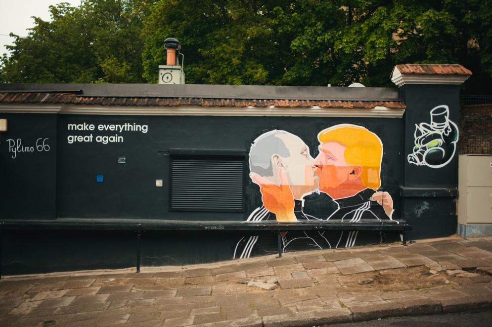 Il nuovo presidente americano Donald Trump con Vladimir Putin in un murales