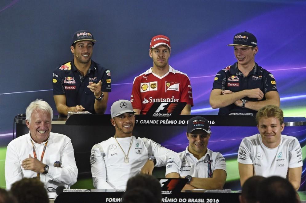 Charlie Whiting in conferenza stampa con i piloti (e Sebastian Vettel)