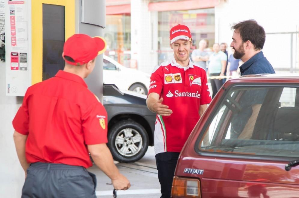 Sebastian Vettel si presenta in una stazione di servizio in Brasile (© Shell)
